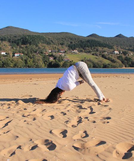 Practica de Yoga en las playas de Mundaka