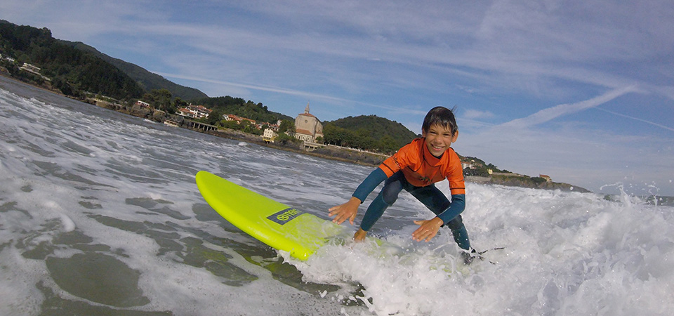 Surf classes in Mundaka with Gudari Caribe