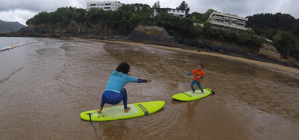 Teaching surfing in Mundaka Gudari Caribe