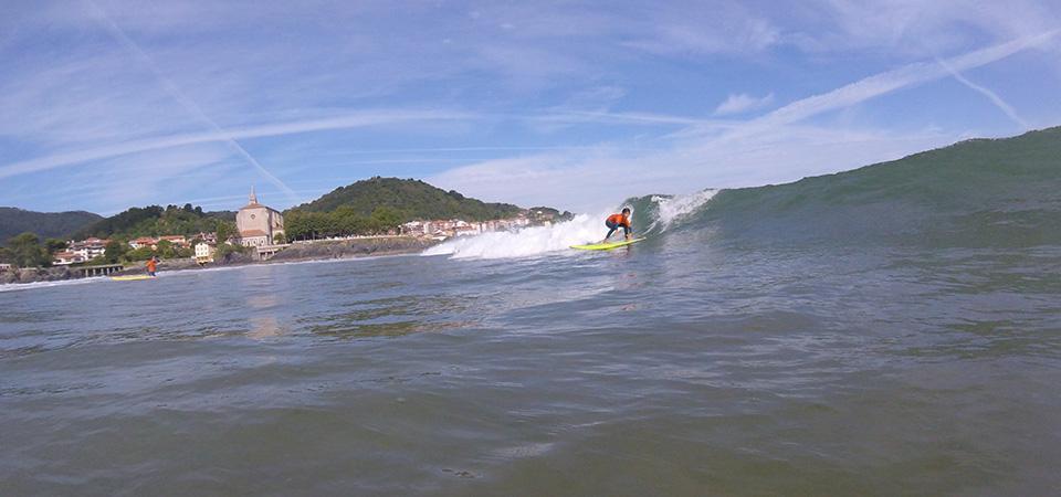 Surfing con Gudari Caribe en Mundaka