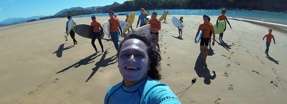 Fun surf class in Mundaka bay