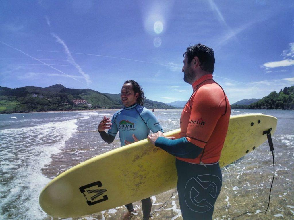 Surfea con Gudari caribe en Mundaka